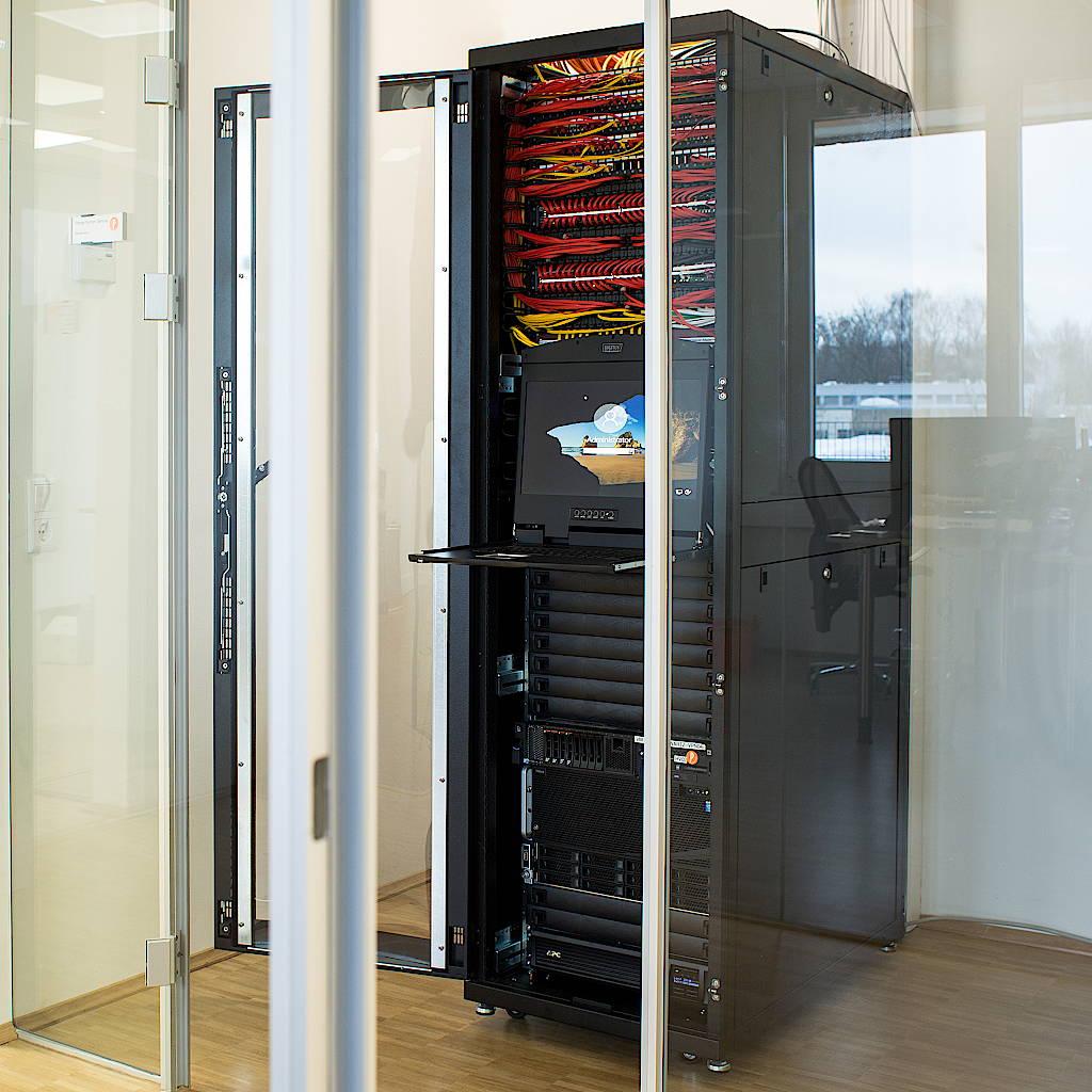 Ein Serverschrank (server rack) mit mehreren Servern, Patch-Paneln, Netzwerkgeräten (Router, Gateway, Firewall)