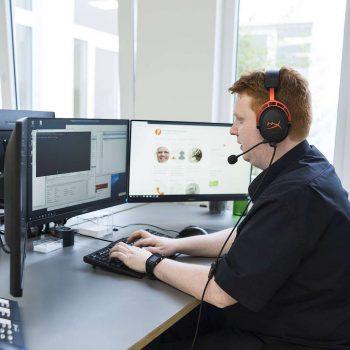 Mitarbeiter der Plenge GmbH Systemservice in der Hotline am Schreibtisch